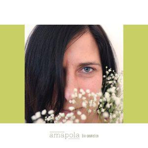 En Amapola hemos diseñado 6 consejos básicos para cuidar la piel y que, al final, cuando te quites la mascarilla tu piel esté igual de radiante que antes.😌  🚿1. Limpieza extrema: si en circunstancias normales insistimos en la importancia de la limpieza de la piel, ahora más que nunca debemos limpiarla. Y debemos hacerlo con limpiadores faciales que no contengan sustancias detergentes que irritan la piel, sino más bien necesitamos productos que limpian y calman la piel, productos que no sean agresivos. LECHE LIMPIADORA DE SAPONARIA  🌸2. Hidratación extra: hemos hablado de que la sequedad es una de las principales consecuencias del uso prolongado de las mascarillas, y contra la sequedad necesitamos doble ración de nutrición. Así que para todas aquellas pieles que noten tirantez, descamación o enrojecimiento es importante un aporte extra de hidratación. CREMA NUTRITIVA DE JOJOBA Y SÉSAMO  💆3. Oxigenación: el efecto oclusivo de la mascarilla impide la oxigenación correcta de la piel, por eso es especialmente importante oxigenarla con la aportación de nutrientes básicos como los que encontramos en las mascarillas faciales nutritivas, sustancias que alimenten y nutren la piel. MASCARILLA NUTRITIVA DE ARCILLA BLANCA Y MORINGA  🌺4. Calmar la piel: si la sequedad es un problema no suele venir sola, sino mas bien acompañada de la congestión, la descamación y el enrojecimiento. Necesitamos entonces un producto que calme la piel, que disminuya el enrojecimiento, que te de esa sensación de descanso y bienestar. SERUM CALMANTE DE CALEDULA Y GERANIO  🌿5. Regular la grasa: el exceso de grasa que se produce como consecuencia de la utilización de mascarillas en las pieles mixtas y grasas, puede generar la aparición de puntos negros y granos de acné que es importante tratar. Estas pieles necesitan una crema que hidrate y regule la secreción grasa si irritar. CREMA FACIAL DE BARDANA Y ORTIGA  💋6. Disimular imperfecciones: ya que en estas circunstancias, tu piel no atraviesa el mejor de