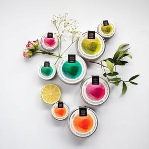 😀NUEVA LINEA DE DESODORANTES SOLÍDOS BIO. 😍  ¡Seguro que ya lo habías adivinado! Pero nos hace especial ilusión que nuestra nueva línea de DESODORANTES BIO vea hoy la luz.  🌞 Ha sido un gran esfuerzo pero aquí te presentamos nuestros desodorantes sólidos en bálsamo, veganos y con 4 aromas diferentes: cítrico, floral, madera y seda. 🌸🌲🍋   Con aceite de cáñamo y coco, certificados bío y con más de un 95 % de ingredientes eco ¿Te lo habías imaginado? ¡Pues ya están aquí! 😊   #desodorantesolidobio #amapolabio #desodorantebio #desodoranteseguro #vistetupieldesnudatucosmetica #cosmeticaecologica #cosmeticavegana #cosmeticaartesana